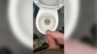 Парень долго без девушки ,дрочит в общественном туалете!
